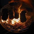 Fleisch, Flammen und Rauch, fehlt nur noch das Bier.