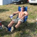 Claus sonst sich im super HiTech Stuhl mit Fußlehne und zwei Getränkehaltern.