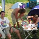 Roi is schon ziemlich dicht, während Chen und Claus essen.